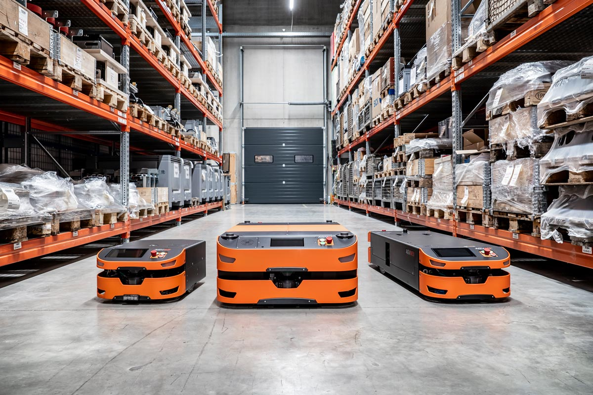 Intelligent, agent-based automated guided vehicles from SAFELOG – compact, powerful and versatile | In this picture: the AGV family with the current models S2, L1 and M3 | Photo: Joe Hoelzl