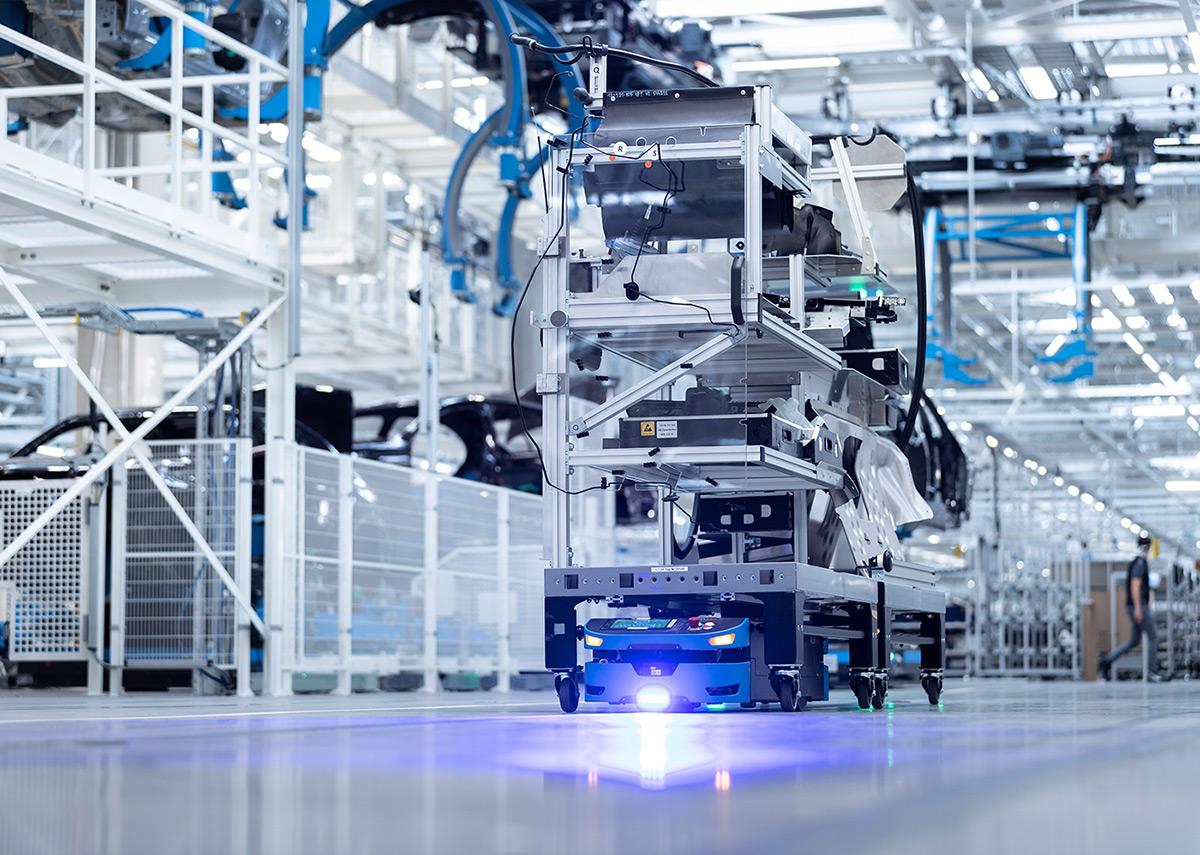 In der ›Factory 56‹ sorgen AGVs von SAFELOG für den Transport von Warenkörben und Komponenten zwischen festgelegten Be- und Entladepunkten. | Quelle: Mercedes-Benz AG