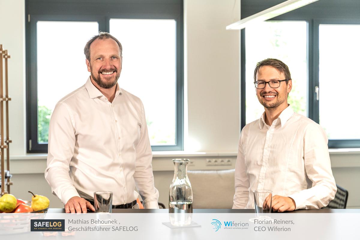 Stellen das neue SAFELOG AGV M4 mit induktiver Ladetechnik vor: Mathias Behounek, Geschäftsführer SAFELOG, und Florian Reiners, Geschäftsführer Wiferion. (Quelle: Wiferion GmbH)
