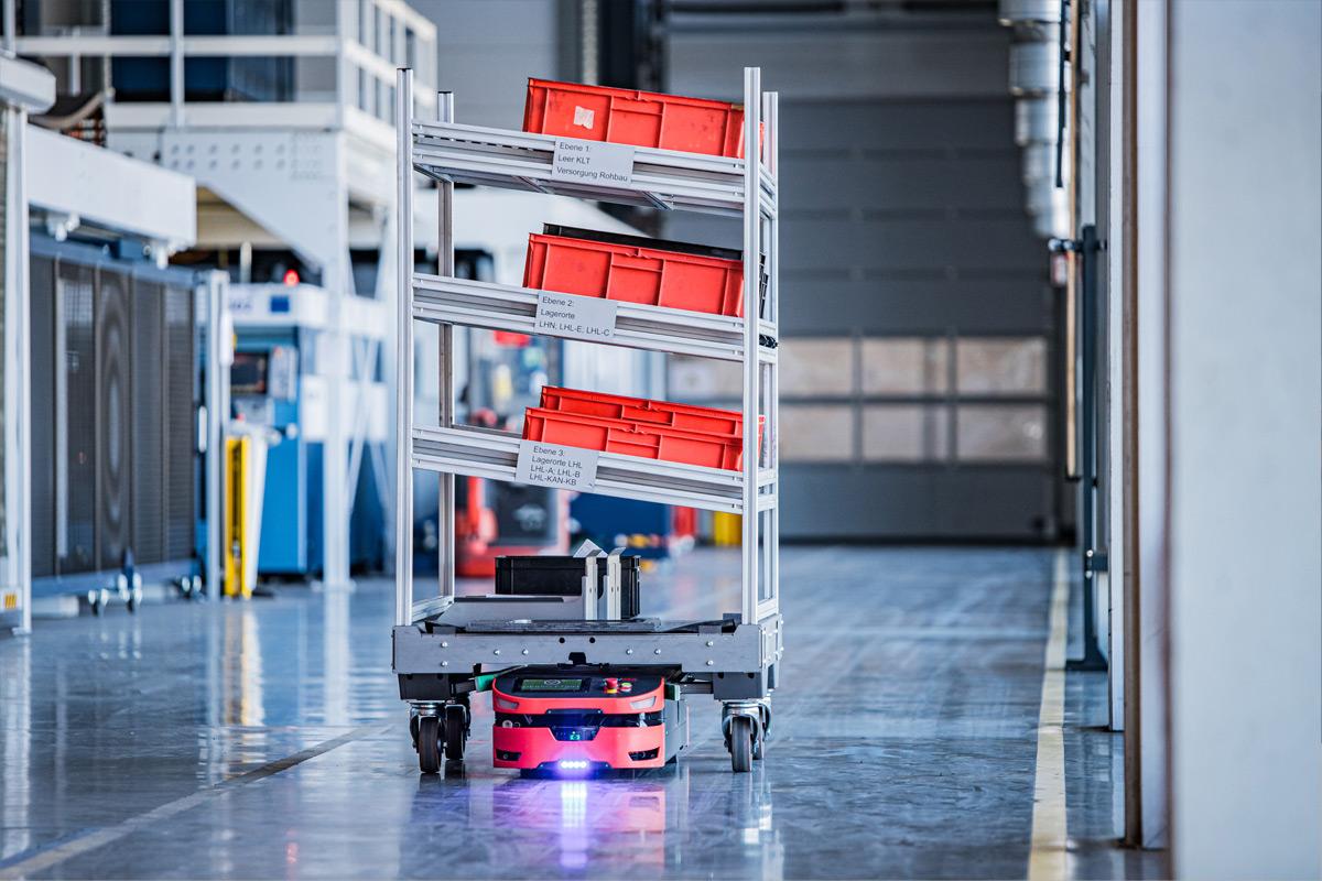 Durch die Partnerschaft mit SAFELOG kann KNOLL zu den eigenen stationären Montage- und Transportsystemen deren AGVs (Fahrerlosen Transportsysteme) mit anbieten – ideal für Matrix-Produktionen oder ähnliche Anforderungen.